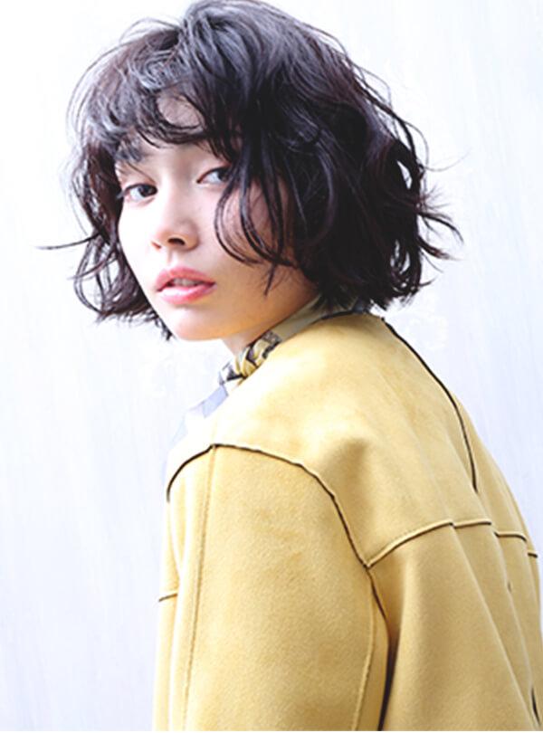 黄色の服を着たモデルさん
