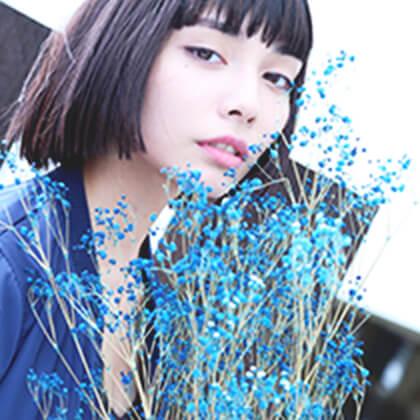 青色の服を着たモデルさん